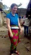 Foto 3: So trägt eine Frau in Sansibar ihren Kanga beim Tanzen!